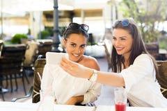 Deux jeunes belles femmes prenant un selfie de lui-même Photographie stock