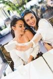 Deux jeunes belles femmes prenant un selfie de lui-même Photographie stock libre de droits