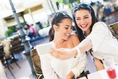 Deux jeunes belles femmes prenant un selfie de lui-même Photos stock