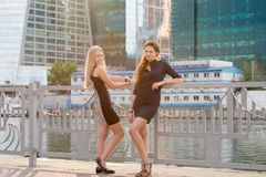 Deux jeunes belles filles Image libre de droits
