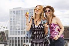 Deux jeunes belles filles blondes de hippie le jour d'été ayant le fu Photographie stock
