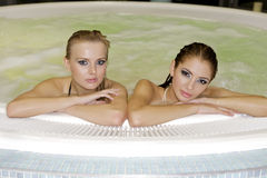 Deux jeunes belles filles dans le jacuzzi Image libre de droits