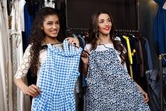 Deux jeunes belles filles faisant des achats dans le mail Photo stock
