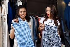 Deux jeunes belles filles faisant des achats dans le mail Images stock