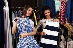 Deux jeunes belles filles faisant des achats dans le mail Image stock