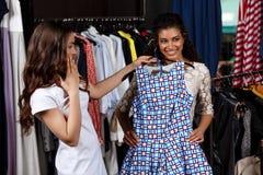 Deux jeunes belles filles faisant des achats dans le mail Photographie stock libre de droits