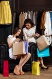 Deux jeunes belles filles regardant des achats dans le centre commercial Images libres de droits