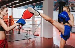 Deux jeunes boxeurs s'aidant formation Photos libres de droits