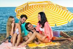 Deux jeunes couples appréciant des vacances à la plage Photo libre de droits