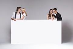 Deux couples des amis détendant ensemble Photo libre de droits