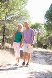 Deux jeunes couples, ensemble, fonctionnant en stationnement Photographie stock
