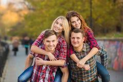 Deux jeunes couples passent le temps en parc Photos libres de droits