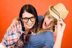 Deux jeunes d'amies de femme ont l'amusement fou Photo stock