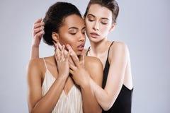 Deux jeunes dames émotives démontrant l'affection Photo stock