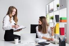 Deux jeunes dames d'affaires dans leur bureau Photos libres de droits