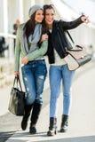 Deux jeunes dames marchant et faisant des emplettes heureusement se dirigeant dans un grand Images stock