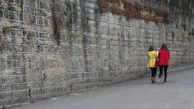 Deux jeunes dames marchant sur l'île de Gulangyu en Chine Image stock