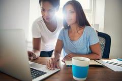 Deux jeunes entrepreneurs réussis d'affaires Photos stock
