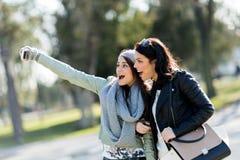 Deux jeunes et belles femmes prenant un selfie de lui-même sur a Photos stock