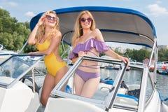 Deux jeunes et belles filles sur un bateau photos stock