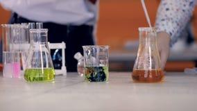 Deux jeunes expériences de produit chimique de conduite de scientifiques