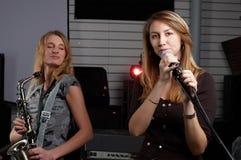 Deux jeunes femelles signent la chanson images stock