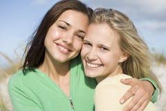 Deux jeunes femmes à la plage Photo stock