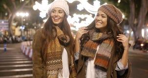 Deux jeunes femmes appréciant une nuit sur la ville Photos stock