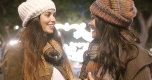 Deux jeunes femmes appréciant une nuit sur la ville Photo libre de droits