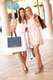 Deux jeunes femmes appréciant le voyage d'achats Photos stock
