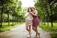 Deux jeunes femmes attirantes en été Image stock