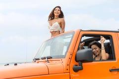 Deux jeunes femmes attirantes riant et ayant l'amusement Image libre de droits