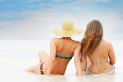 Deux jeunes femmes attirantes sur le fond de mer photo stock