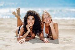 Deux jeunes femmes avec de beaux corps dans le maillot de bain sur un tropical Images libres de droits