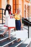 Deux jeunes femmes avec des sacs à provisions Image libre de droits