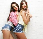 Deux jeunes femmes avec des verres de partie prenant le selfie Images libres de droits