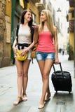 Deux jeunes femmes avec le bagage Photos stock