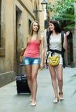 Deux jeunes femmes avec le bagage Images libres de droits