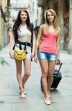 Deux jeunes femmes avec le bagage Images stock