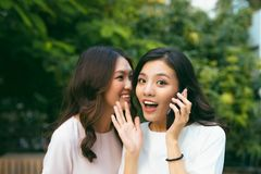 Deux jeunes femmes ayant une vie sociale dehors Photo stock