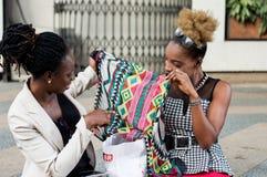 Deux jeunes femmes d'affaires tenant une écharpe Photographie stock