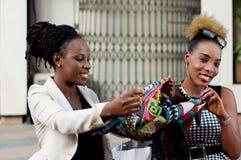 Deux jeunes femmes d'affaires tenant une écharpe Photos libres de droits