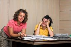 Deux jeunes femmes dans le bureau Image stock