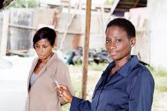 Deux jeunes femmes dans le garage Photographie stock libre de droits
