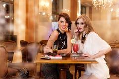 Deux jeunes femmes dans un bar Images libres de droits