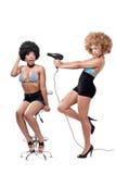 Deux jeunes femmes dans un salon de coiffeur Photos libres de droits