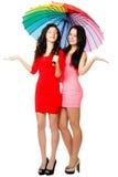 Deux jeunes femmes debout avec le parapluie Photo libre de droits