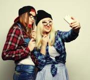 Deux jeunes femmes drôles Images stock