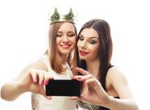 Deux jeunes femmes drôles prenant le selfie Photos libres de droits