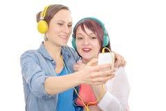 Deux jeunes femmes drôles prenant un selfie Image libre de droits